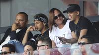 Penyerang Paris Saint-Germain (PSG), Neymar (dua dari kiri), menonton dari tribun bersama sang ayah, Neymar Santos (kiri) dan ibunda tercinta, Nadine Santos (dua dari kanan) serta sobat dekat, Jo Amancio, Sabtu (5/8/2017), di Parc de Princes, Paris.  (AFP