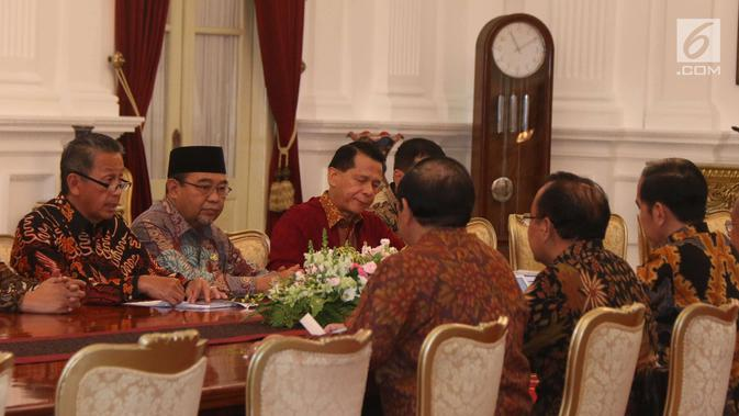 Ketua BPK, Moermahadi Soerja Djanegara dan jajarannya menemui Presiden Joko Widodo (Jokowi) di Istana Merdeka, Jakarta, Kamis (5/4). Kedatangan BPK untuk menyampaikan Ikhtisar Hasil Pemeriksaan Semester (IHPS) II Tahun 2017. (/Angga Yuniar)