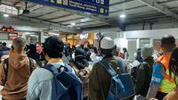 Situasi Stasiun Tebet, Jakarta Selatan saat jam pulang kerja pada Senin (5/7/2021). (Liputan6.com/ Yopi Makdori)
