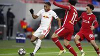 Pemain RB Leipzig, Christopher Nkunku, berusaha melewati pemain Liverpool pada laga Liga Champions di Puskas Arena, Kamis (11/3/2021). Liverpool menang dengan skor 2-0. (AP/Laszlo Balogh)