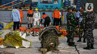 Petugas gabungan melakukan identifikasi pesawat Sriwijaya Air SJ 182 di Dermaga JICT, Tanjung Priok, Jakarta, Kamis (21/1/2021). Operasi SAR korban Sriwijaya Air SJ 182 ditutup setelah berjalan selama 13 hari sejak 9 Januari 2021. (Liputan6.com/Faizal Fanani)