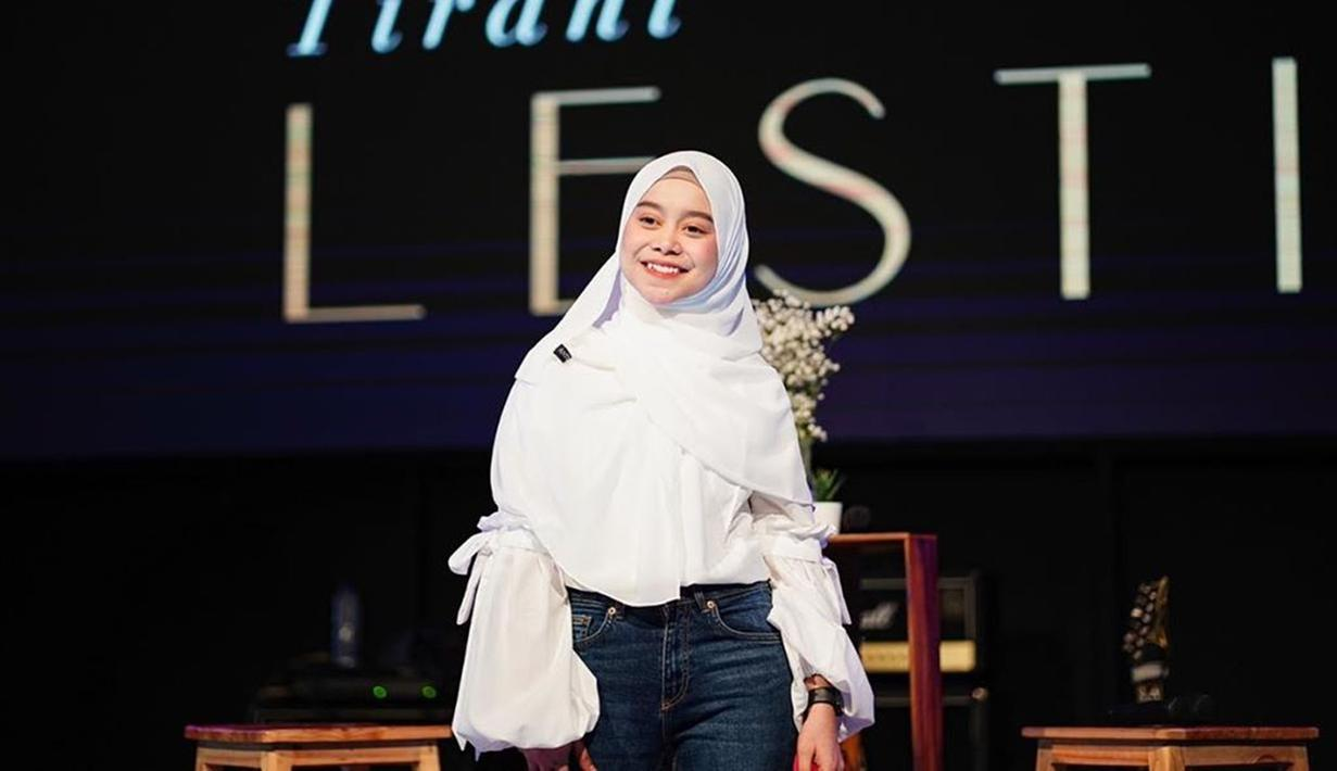 Penampilan Lesty Kejora saat menggunakan baju dan hijab berwarna putih ini tetap terlihat menawan meski dipadukan dengan celana denim. Bahkan, ia pun terlihat menggunakan riasan natural serta jam tangan sebagai pemanis penampilannya. (Liputan6.com/IG/@lestykejora)