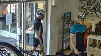 Tindak kejahatan ini melibatkan pelaku dengan niat mendalam. Menggunakan pakaian ala pengendara sepeda sungguhan untuk mencuri.