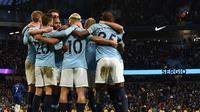 Selebrasi gol yang dicetak Ilkey Gundogan pada laga lanjutan Premier League yang berlangsung di stadion Etihad, Manchester, Minggu (10/2). Manchester City menang 6-0 atas Chelsea. (AFP/Paul Ellis)