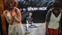 Seorang cosplayer berkostum ala karakter dalam serial TV The Walking Dead berpose dalam acara Comic Con Africa di Johannesburg, Sabtu (21/9/2019). Comic Con Africa yang diselenggarakan untuk tahun kedua di benua itu  akan berlangsung selama empat hari dari 21 hingga 24 September. (Michele Spatari/AF