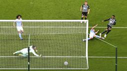 Pemain Newcastle United Joe Willock (kanan) mencetak gol ke gawang Manchester City pada pertandingan Liga Inggris di Stadion St James' Park, Newcastle, Inggris, Jumat (14/5/2021). Hattrick Ferran Torres membawa Manchester City menang 4-3. (Stu Forster/Pool via AP)