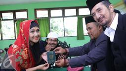 Ria Irawan berpose menunjukan buku nikah seusai Ijab Qabul di KUA Cilandak, Jakarta, Jumat (23/12). Sebelumnya, Ria Irawan sudah pernah menikah dengan seorang pengusaha bernama Yuma Wiranatakusumah pada 1997 silam. (Liputan6.com/Herman Zakharia)