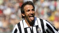 6. Alessandro Del Piero - Ikon dari Juventus ini tidak usai diragukan lagi kesetiannya bersama La Vecchia Signora, bertahan adalah satu-satunya pilihan bagi sang kapten. (Photo by GIUSEPPE CACACE / AFP)