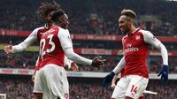 Pemain Arsenal, Danny Welbeck berselebrasi dengan rekan timnya setelah mencetak gol ke gawang Southampton dalam lanjutan Premier League 2017/2018 di Stadion Emirates, Minggu (8/4). Welbeck mengantarkan Arsenal menang dengan skor 3-2. (Tim Goode/PA via AP)