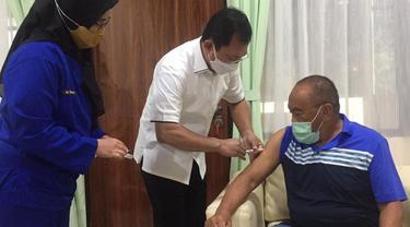 Aburizal Bakri selesai menjalani suntik vaksin Nusantara.