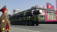 Parade militer Korea Utara yang digelar di Pyongyang, Korea Utara (8/2). Korea Utara menggelar pameran kekuatan teknologi militernya sehari menjelang digelarnya pesta Olimpiade Musim Dingin PyeongChang, Korea Selatan. (KRT via AP Video)