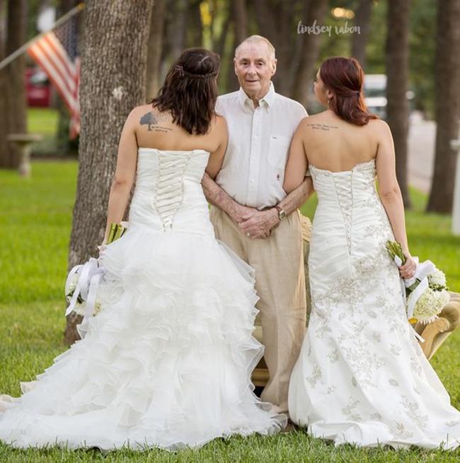 Sarah dan Becca begitu sayang dengan sang ayah | Photo: Copyright mirror.co.uk