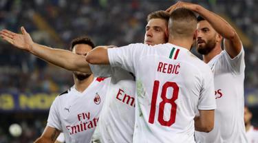 Penyerang AC Milan, Krzysztof Piatek (ketiga kanan) berselebrasi usai mencetak gol lewat titik penalti ke gawang Hellas Verona pada pekan ketiga Liga Italia di Stadio Marc'Antonio Bentegodi (15/9/2019). AC Milan menang tipis atas Hellas Verona 1-0. (Simone Venezia/ANSA via AP)