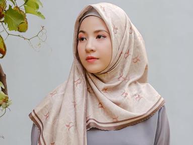 Natasha Rizki sering mengenakan hijab bermotif segiempat. Di look pertama, Natasha tampil dengan hijab berwarna pastel. (Liputan6.com/IG/@natasharizkinew)