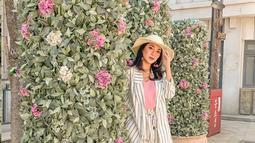 Aktris hits FTV ini memang kerap bergaya trendi dan kekinian. Ia selalu berhasil memadu padankan  pakaian yang ia kenakan dengan topi yang ia pakai. Perpaduan pas ini membuatnya terlihat memesona. (Liputan6.com/IG/@dindakirana.s)