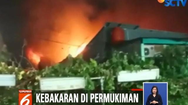 Api kemudian menyambar barang yang mudah terbakar lalu membesar dan menjalar ke rumah di sekitarnya.