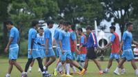 Pemain Arema FC berlatih. (Liputan6.com/Rana Adwa)