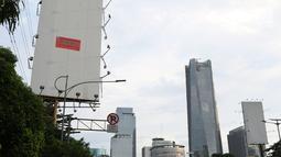Sebuah papan reklame di Jalan Jenderal Gatot Soebroto disegel pihak Pemprov DKI Jakarta, Kamis (27/12). Pemprov DKI Jakarta kembali menyegel sejumlah papan reklame di sepanjang jalan Jenderal Gatot Subroto, Jakarta. (Lipiutan6.com/Helmi Fithriansyah)