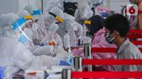 Tenaga medis melakukan rapid test massal Badan Intelijen Negara (BIN) di lapangan Kecamatan Pamulang, Tangerang Selatan, Kamis (2/7/2020). BIN sediakan 1.000 rapid test karena wilayah Pamulang merupakan zona merah penyebaran Covid-19. (Liputan6.com/Fery Pradolo)