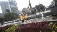 Petugas membersihkan kolam di sekitar Patung Kuda Arjuna Wiwaha, Jakarta, Selasa (15/8). Pembersihan kolam serta penataan bunga dilakukan dalam rangka peringatan hari kemerdekaan RI pada 17 Agustus mendatang. (Liputan6.com/Immanuel Antonius)