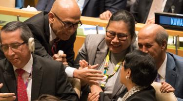 Menteri Luar Negeri RI Retno Marsudi bersama delagasi Indonesia mengekspresikan kegembiraan usai terpilih menjadi Anggota Tidak Tetap Dewan Keamanan PBB periode 2019 - 2020 Markas Besar PBB di New York (8/6). (AFP/Don Emmert)