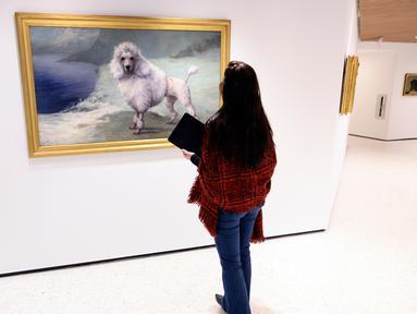 Seorang pekerja di museum anjing bernama Museum of the Dog di New York City, 1 Februari 2019. Museum yang disponsori oleh American Kennel Club Museum of the Dog ini akan memamerkan aneka macam karya seni bertema anjing. (Johannes EISELE/AFP)