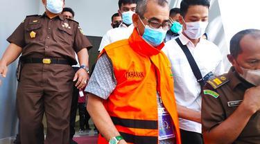 Petugas Kejati Riau menggiring mantan Bupati Kuansing Mursini ke mobil tahanan.