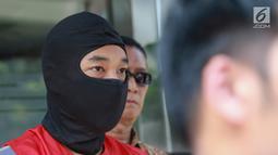 Tersangka kasus skimming ATM Ramyadjie Priambodo saat akan dilimpahkan ke kejaksaan di Polda Metro Jaya, Jakarta, Kamis (25/4). Pelimpahan tahap dua dilakukan usai kejaksaan menetapkan berkas perkara Ramyadjie lengkap (P-21) secara materiil dan formil pada 18 April 2019. (Liputan6.com/Immanuel Anton