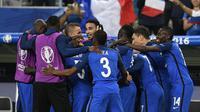 Para pemain Prancis merayakan gol ke gawang Rumania pada laga Piala Eropa 2016 di Stade de France, Saint-Denis, Jumat (10/6/2016). (AFP/Martin Bureau)