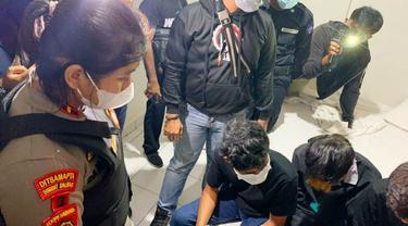 Personel Polda Riau mengrebek remaja yang ingin berbuat mesum di kamar hotel.