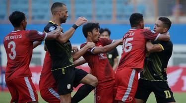 PSM Makassar gagal mempertahankan tren positif mereka yang belum terkalahkan usai ditumbangkan Barito Putera 0-2 dalam laga pekan ke-5 BRI Liga 1 2021/2022 di Stadion Wibawa Mukti, Cikarang, Senin (27/9/2021). PSM kini menempati posisi 5 klasemen sementara. (Bola.com/Ikhwan Yanuar)