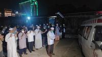Jenazah Ustaz Tengku Zulkarnain (dalam ambulan) disalatkan oleh jemaah. (Liputan6.com/M Syukur)