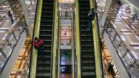 Pengunjung  berada di eskalator di mal Taman Anggrek, Jakarta, Senin (21/12/2020). Kegiatan usaha seperti restoran, pusat perbelanjaan dan kafe diharapkan berhenti beroperasi pukul 19.00 WIB pada 24-27 Desember 2020 serta 31 Desember 2020-3 Januari 2021. (Liputan6.com/Faizal Fanani)