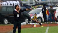 Pelatih Persib, Djajang Nurjaman saat laga Torabika SC 2016 melawan Arema  di Stadion Si Jalak Harupat, Soreang, Bandung, Sabtu (27/8/2016). (Bola.com/Nicklas Hanoatubun)