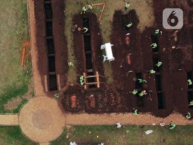 Foto udara area khusus pemakaman jenazah dengan protokol COVID-19 di TPU Bambu Apus, Jakarta, Jumat (22/1/2021). Pemerintah Provinsi DKI Jakarta kembali membuka lahan baru untuk pemakaman jenazah dengan protokol COVID-19 seluas 3.000 meter persegi di TPU Bambu Apus. (Liputan6.com/Helmi Fithriansyah)