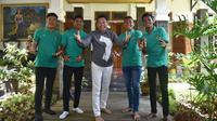 Dedi Mulyadi (tengah) bersama empat pemain Timnas U-16 (Liputan6.com/Abramena)