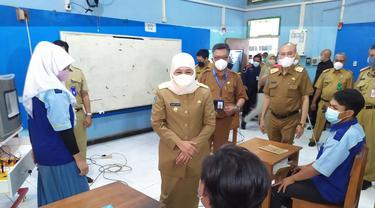 Khofifah meninjau PTM terbatas di di SMK Negeri 7 Surabaya. (Dian Kurniwan/Liputan6.com)