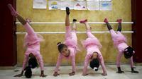 Anak-anak Palestina ambil bagian dalam sebuah kelas balet yang diselenggarakan oleh Al-Qattan Center for Children, di kota Gaza, Palestina, (25/11/2015). (Reuters/Suhaib Salem).