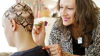 Membantu kaum wanita yang kehilangan kepercayaan diri karena tak berambut, Hollie Urbauer membantu dengan henna cantik-nya.