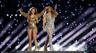 Penampilan Jennifer Lopez dan Shakira dalam Super Bowl Halftime Show di Hard Rock Stadium, Miami Gardens, Florida, Amerika Serikat, Minggu (2/2/2020). Tampil seksi, Jennifer Lopez dan Shakira sukses memanaskan panggung Super Bowl Halftime Show. (AP Photo/Seth Wenig)
