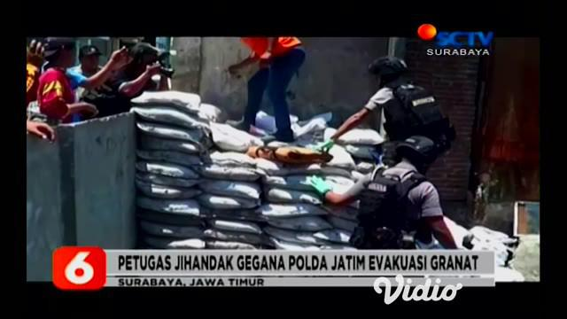 Sebuah granat yang diduga masih aktif ditemukan warga di sungai kawasan penduduk Jalan Simokerto III, Surabaya. Granat nanas ditemukan oleh seorang petugas kebersihan saat membersihkan sungai dari sampah dan lumpur yang mengendap.