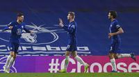 Pemain Chelsea Jorginho (kiri) melakukan selebrasi usai mencetak gol ke gawang Everton pada pertandingan Liga Inggris di Stadion Stamford Bridge, London, Inggris, Senin (8/3/2021). Chelsea menang 2-0. (Glyn Kirk/Pool via AP)