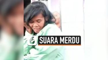 Baru-baru ini, sosial media dikejutkan dengan rekaman video seorang wanita yang diduga memiliki gangguan jiwa melantunkan ayat suci Al Quran dengan suara merdu. Videonya pun mengundang reaksi takjub dari netizen.