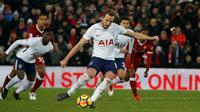 Striker Tottenham Hotspur, Harry Kane, mencetak gol melalui titik putih untuk membawa pulang satu poin dari markas Liverpool, Anfield, Minggu (4/2/2018). (Premier League).