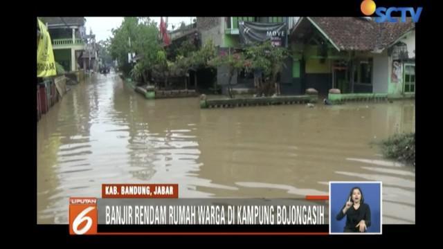Ratusan rumah warga di Dayeuhkolot, Bandung, terendam banjir akibat Sungai Citarum meluap.