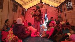 Warga beristirahat di dalam tenda di perkebunan teh di Cialahab, Desa Melasari, Nanggung, Bogor, Rabu (24/1). Wilayah yang paling banyak terjadi kerusakan berada di wilayah Kecamatan Nanggung, yakni ada 382 bangunan. (Liputan6.com/Ahmad Sudarno)
