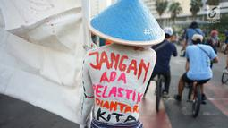 Sejumlah aktivis lingkungan menggelar pawai 'Bebas Plastik' di kawasan MH Thamrin menuju Taman Aspirasi Monas, Jakarta, Minggu (21/7/2019). Pawai itu untuk mengajak masyarakat agar tidak lagi menggunakan plastik sekali pakai karena sampahnya akan merusak lingkungan. (Liputan6.com/Immanuel Antonius)
