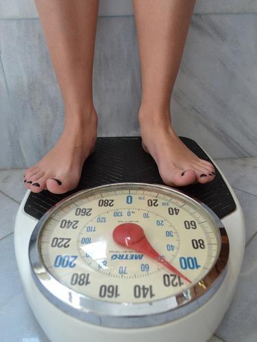 Ilustrasi alat pengukur berat badan.