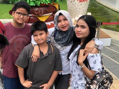 Ali Zainal menikah dengan manajernya sendiri, Rena Oktavia Muis pada 8 Januari 2006. Keluarga Ali dan Rena jauh dari terpaan gosip miring. (Liputan6.com/IG/@mikailhabibi5)