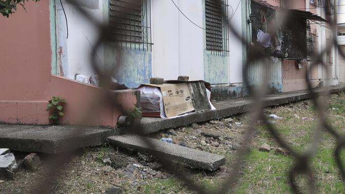 Peti mati berisi jenazah yang diduga meninggal karena virus corona COVID-19 terlihat di luar blok apartemen di Guayaquil, Ekuador, Kamis (2/4/2020). Tidak ada yang berani menyentuh jenazah yang diduga meninggal karena virus corona COVID-19 tersebut. (AP Photo/Filiberto Faustos)